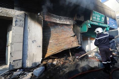 Uno de los comercios incendiado en el barrio tunecino de Cite Ettadhamen. | Afp