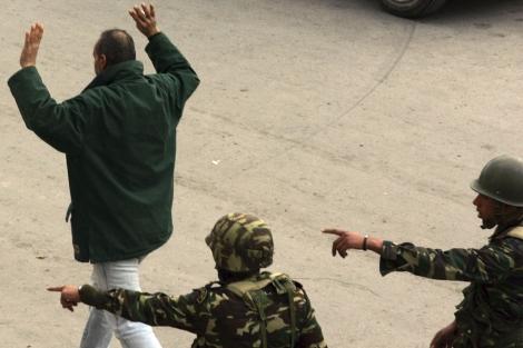 Soldados durante las manifestaciones en Túnez.   Efe
