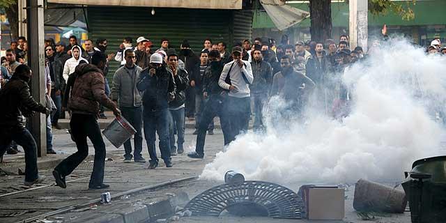 Un grupo de hombres se enfrenta a la Policía en la ciudad de Túnez. | VEA MAS FOTOS