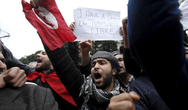 Un manifestante sostiene una pancarta que reza: 'Tengo un sueño, Túnez libre'. | Efe