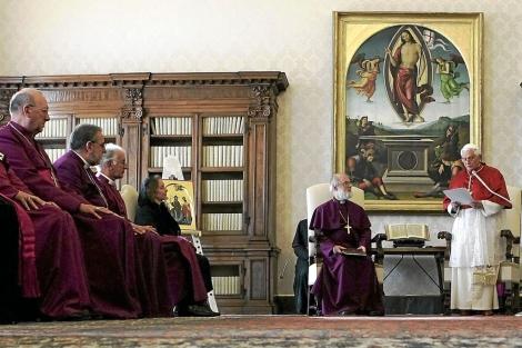 El Papa pronuncia un discurso ante obispos anglicanos en el Vaticano.   A. B.