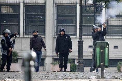 La policía lanza gases lacrimógenos a los manifestantes el pasado viernes en Túnez. Ésta es una de las últimas imágenes tomadas por el fotógrafo Lucas Dolega.