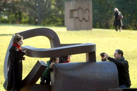 Una familia se retrata en el Chillida Leku en su último día de funcionamiento.   Efe