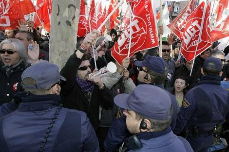 La Policía acota a unos manifestantes durante una de las protestas en Murcia.   Efe