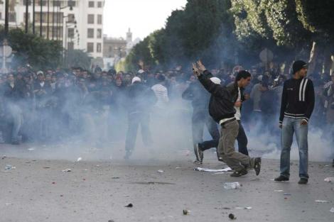 Manifestantes tunecinos en el centro de Túnez.   Efe