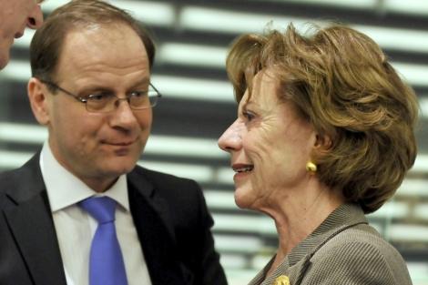 Kroes habla con el ministro húngaro de Justicia, Tibor Navracsics.   Afp