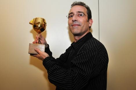 Francisco Javier Espí muestra el galardón recibido en la semifinal.   Cristóbal Lucas