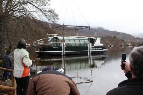 Descarga del catamarán en el Lago de Sanabria. | J.F. Gamazo