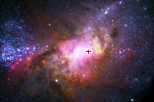 La galaxia Henize 2-10 y su agujero negro (señalado por una cruz).   NRAO/AUI/NSF,NASA, Reines et al.
