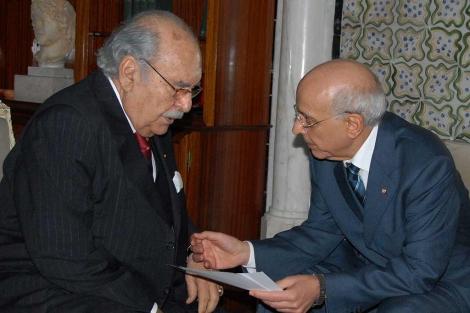 El presidente interino, Fued Mebaza, con el primer ministro Mohamed Ganuchi (dcha), hoy. | Efe