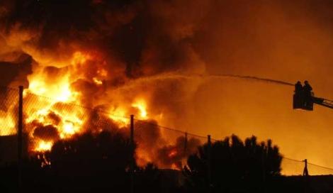 Las llamas han afectado a los más de 5.000 metros cuadrados del local. | Diego Sinova