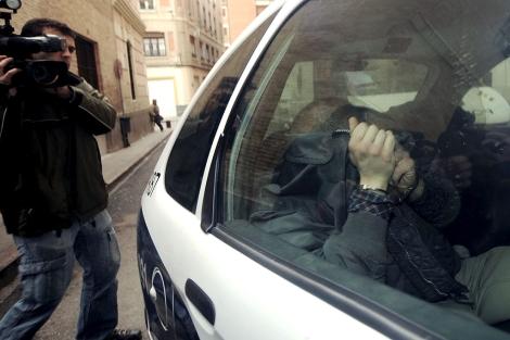 El agresor, ayer, al ser trasladado por la Policía. | Efe