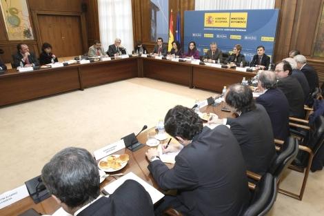 Imagen del encuentro entre Gobierno y Promotoras en el Ministerio de Fomento.   Elmundo.es