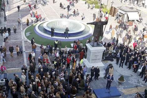 La estatua dedicada a Cristóbal Colón en la céntrica plaza de las Monjas. | Elisabeth Domínguez