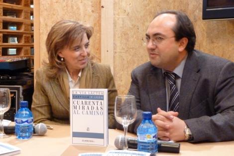 La consejera de Cultura, Mª José Salgueiro, y el director de EL MUNDO DE CASTILLA Y LEÓN, Vidal Arranz, presentan el libro '40 miradas al camino'.  Teresa Sanz