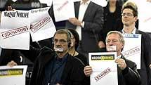 Eurodiputados del Partido Verde, con carteles con la palabra 'Censurado'.| Efe