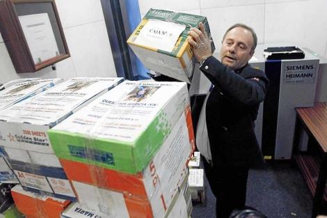 El padre de Marta con las firmas a favor del referéndum sobre la cadena perpetua.   José Ayma