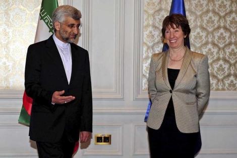 Catherine Ashton y Said Jalili, antes de empezar a dialogar en Estambul.   Efe