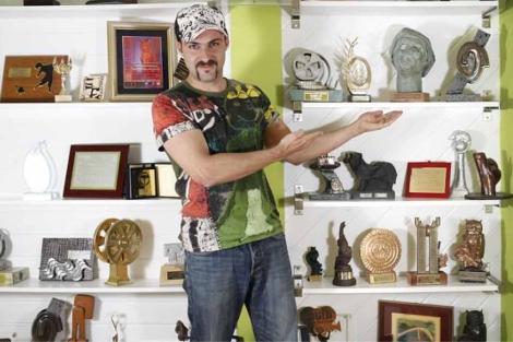 El cineasta Lucas Figueroa con sus premios. | Sergio Enríquez-Nistal