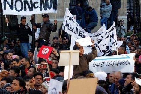 Manifestantes frente a la Jefatura del Gobierno. | Efe