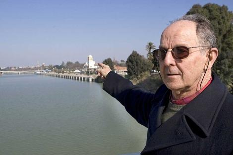 Javier Castroviejo, junto al río Guadalquivir a su paso por Sevilla.   Efe