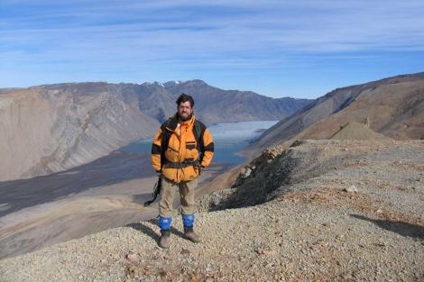 El investigador Stepehn Grasby, en el lugar donde encontró las rocas. |Nature Geoscience
