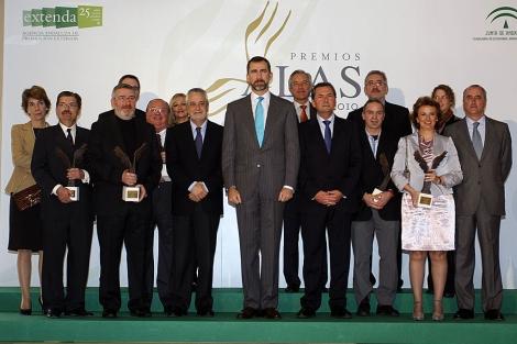 El Príncipe Felipe, junto a José Antonio Griñán y los galardonados. | E. Domínguez