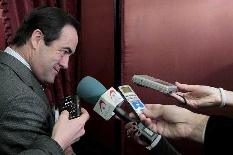 El presidente del Congreso, José Bono, atiende a los periodistas. | Foto: Javier Barbancho