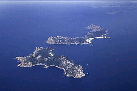 Las Islas Cíes, en primer término, y al fondo las Ons. | Turgalicia