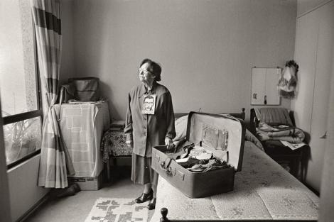 Anita Rojas con la maleta de su hijo Alfredo, desaparecido en 1975 en Chile. | G.S.