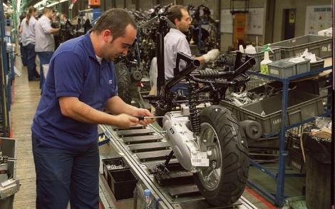 Un operario trabaja en la cadena de montaje de la planta.| Antonio Moreno