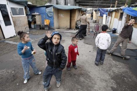 Niños en un campamento de gitanos de Saint Denis, cerca de París.   AP