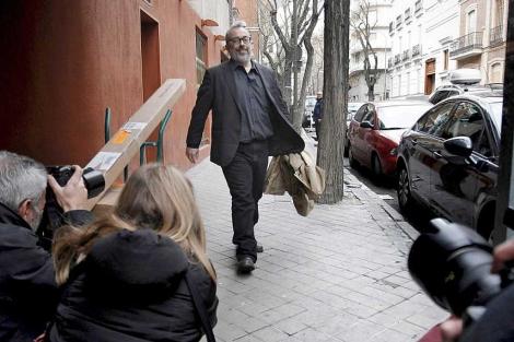 Álex de la Iglesia a su llegada a la reunión en la Academia del Cine Español. | Alberto Di Lolli