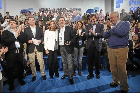 Bellver (centro) recoge el premio a las buenas prácticas en viviendas para jóvenes en Sevilla. | E.M.