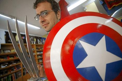 El director servillano posa con el escudo del Capitán América. | Jesús Morón