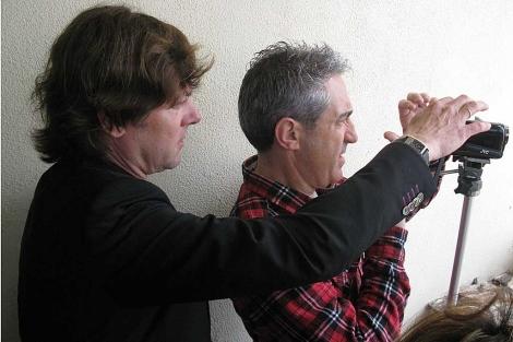 Santiago Pedraz (izqda.) mira a través de una cámara junto al periodista Jon Sistiaga. | Foto: Javier Espinosa