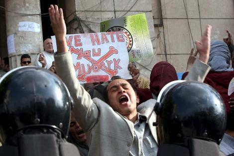 Los ciudadanos egipcios llevan cuatro día de protestas en las calles.   Efe