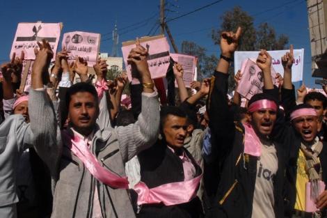 Manifestantes en Saná, con su característico color rosa. | Afp