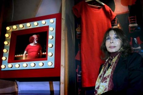 Hija y padre, entre trajes rojos y lucecitas de camerino. | Efe