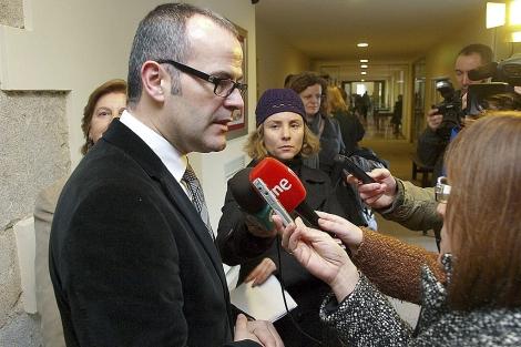 El conselleiro de Educación de la Xunta, Jesús Vázquez, atiende el sábado a la prensa.   Efe