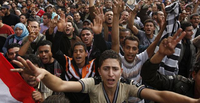 Miles de egipcios siguen pidiendo en las calles que Mubarak se vaya. | Reuters