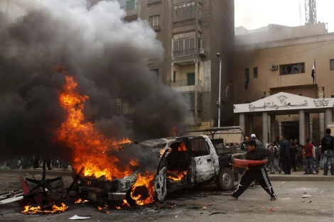 Un vehículo arde tras ser incendiado por los manifestantes en Giza. (Reuters)