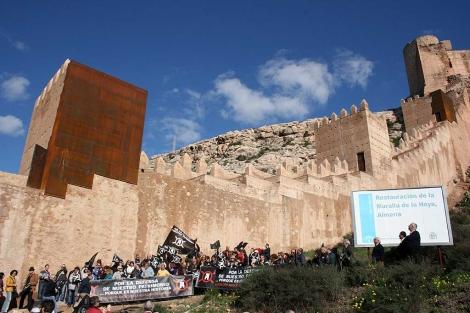 Las planchas de acero ofrecen un fuerte impacto visual en relación con la muralla.   M.C.