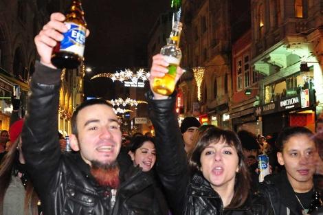 Decenas de botellones como este se han celebrado hoy en Turquía. | Efe