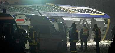 Los equipos de rescate, en el lugar del accidente. | Afp