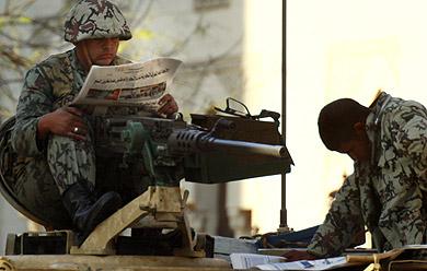 Soldados leyendo la prensa esta mañana en El Cairo. | Ap