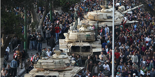 Egipcios manifestándose en contra de Mubarak. | Afp