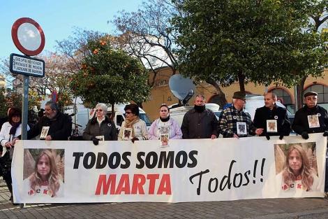 Familiares, vecinos y amigos de Marta, este lunes, ante el juzgado hispalense. | J. Morón