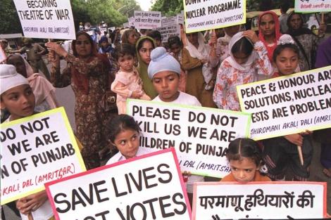 Una protesta en contra de las pruebas de armas nucleares en India.   Reuters
