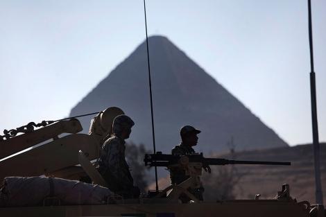Soldados egipcios custodian las pirámides de Guiza. | AP/Emilio Morenatti